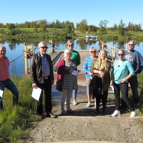 En handdriven färja tar oss ut till Isosaari i Kuttainen. Juha Pahajoki, ordförande i Isosaari ekonomiska förening, Roland, Siv, Marju, Annika, Linnéa, Jessica och Rickhard (LAG-medlemmar)