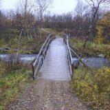 Bro över Välijoki som går mellan Siilaslompolo och Siilasjärvi.