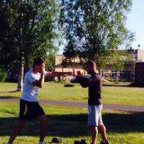 Ilya, tränare, instruerar boxningsteknik
